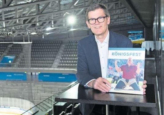 Der Autor Eugen Thalmann präsentiert das Buch «Königsfest». (Bild Maria Schmid)