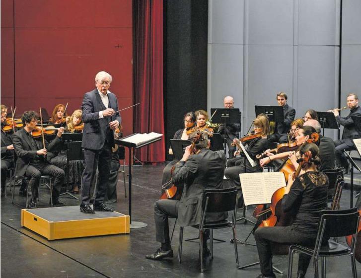 Dirigent Mario Venzago mit der Zuger Sinfonietta im Theater Casino Zug. (Bild Roger Grütter)
