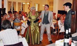 Beim DinnerKrimi in der Rösslipost stand eine skurrile Hochzeitsgesellschaft im Mittelpunkt. Bild Kurt Fässler