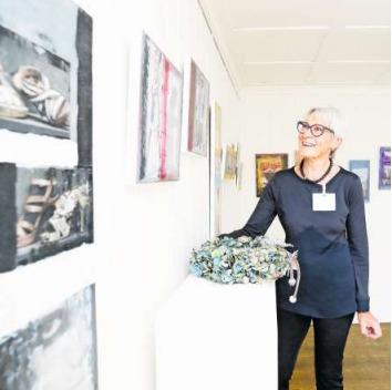 Brigitta Durrer aus Steinhausen (im Bild) zeigt im Erdgeschoss ihre Bilder und Collagen. (Bild Stefan Kaiser)