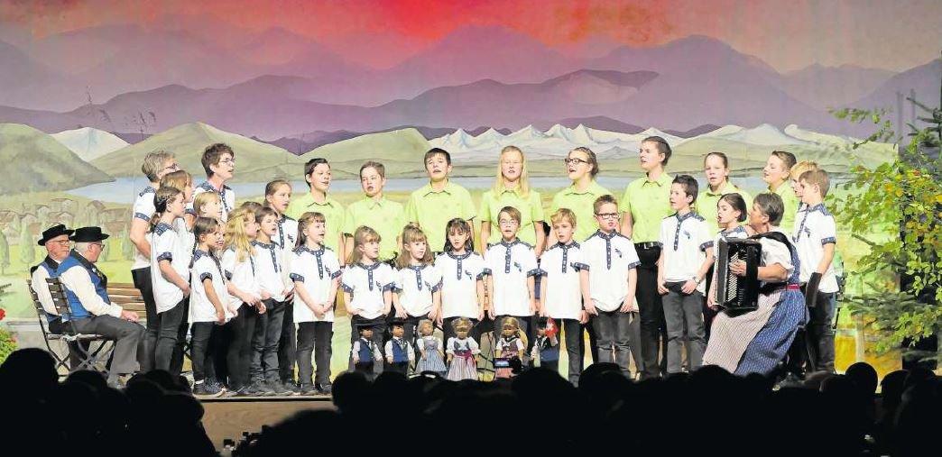 Das Chinderjodelchörli Ägerital mit den Jungjutzern beim Jahreskonzert. (Bild PD)