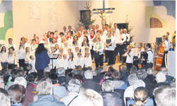 Gemeinsam sangen die Chöre aus Alpthal, Studen und Unteriberg am 3. Januar im Frauenkloster Au. Die Familienkapelle Ott sorgte zwischendurch für einen völligen Tapetenwechsel. Bild Kurt Fässler