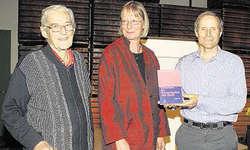 Die Messermacher: Carl Elsener senior (links) und Carl Elsener junior zeigten sich zusammen mit Autorin Heidy Gasser stolz über das Buch über die Victorinox AG. Bild Christoph Jud