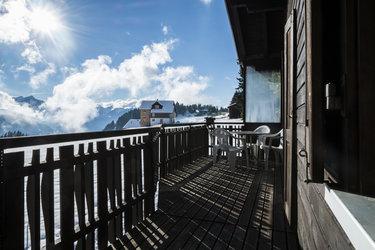 Sonnenterrasse mit Aussicht auf die glarner Alpen