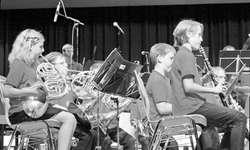 Das Blasorchester B der Jugendmusik Siebnen spielte sich mit dem Titel «Surfin' USA» in die Herzen der Zuhörerinnen und Zuhörer.