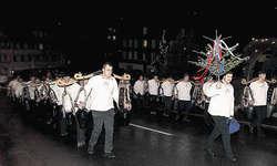 Dominanter Auftritt: Die Greifler mit den Trycheln wurden vom «Grotzliträger» Benno Rickenbacher angeführt und überall von den Zuschauern bewundert. Bild Christoph Jud