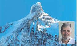 Im neuen Kalender von Hanspeter Reinhard (kleines Bild) ist neben Bergen wie dem Eiger, Piz Palü oder Chüebodenhorn auch der Zindelspitz zu bewundern. Bild Oliver Bosse/zvg