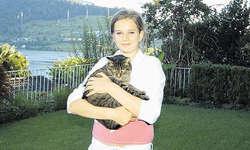 Eine Tierfreundin: Sunita Abplanalp hält eine ihrer geliebten Katzen im Arm. Bild Dominique Goggin