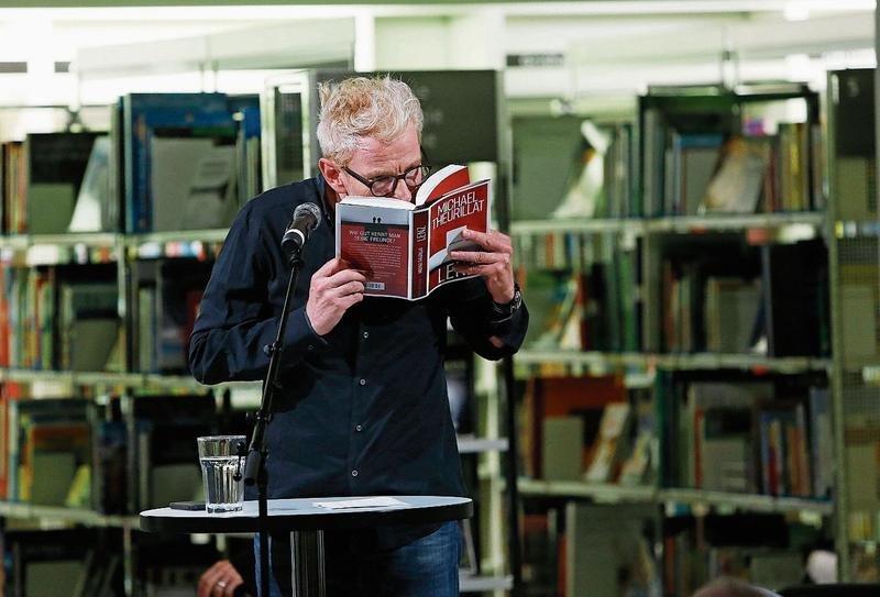 Michael Theurillat riecht an seinem druckfrischen Krimi. (Bild Stefan Kaiser)