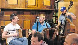 Junger Wilder und feinfühliger Traditionalist: Florian Schuler (links) aus Rothenthurm und Franz Marty aus Arth sind ziemlich gegensätzliche Örgeler. Doch ihr Zusammenspiel ist ein grosser Genuss. Am Bass Dominik Wüthrich. Bilder: Roger Bürgler