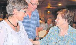 Elisabeth Betschart und Stefan Bürgler, der Präsident der Kulturkommission, bedankten sich herzlich bei Hanna Heinzer (rechts). Sie hatte an Pfingsten bereits den 40. Illgauer Volksliederabend organisiert. Bild PD