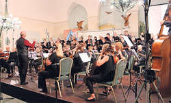 Orchester und Singkreis Brunnen mit Dirigent Stefan Albrecht. Bilder Nadine Annen