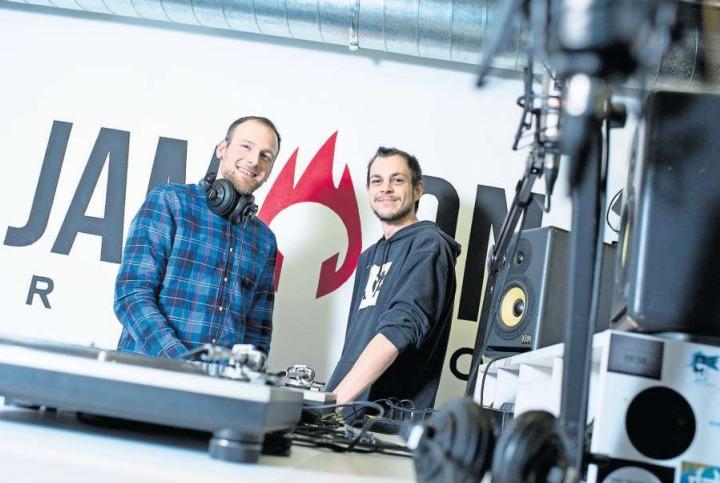 Geschäftsführer Raphael Häfliger (links) und Eventbetreuer Dominik Reindl im Studio des Senders. (Bild Maria Schmid)