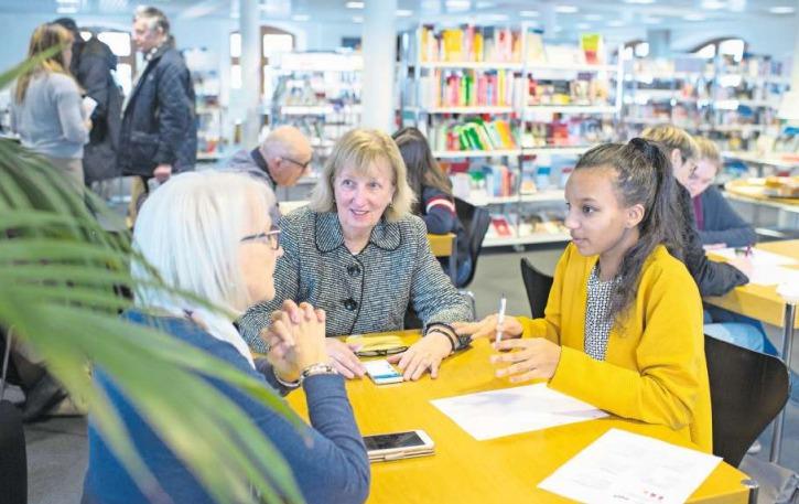 Die 16-jährige Lulya Araya (gelber Pulli) weiht Inge Thomi (links) und Margrith Lanninger in die Geheimnisse ihres Smartphones ein. (Bild Maria Schmid)