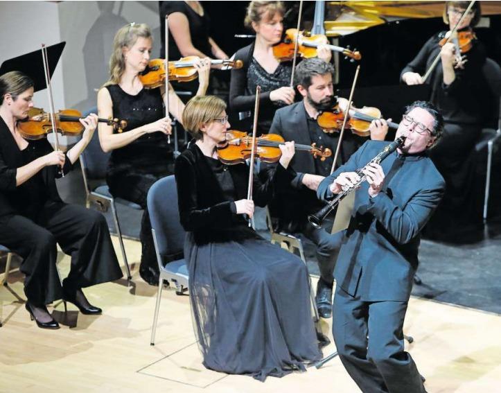 Am 2. Abokonzert spielte die Zuger Sinfonietta mit Klarinettist Reto Bieri. (Bild Stefan Kaiser)
