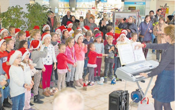 Begleitet von der Chorleiterin Luzia Büchler-Meier am Keyboard sangen sich die Mädchen und Jungen des Ad-hoc-Chors aus Obfelden in die Herzen der Zuhörerinnen und Zuhörer in der Eingangshalle des Hertizentrums. (Bild PD)
