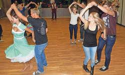 Der Rockabilly-Jive-Tanzkurs wurde von gegen 20 tanzfreudigen Paaren mit viel Enthusiasmus besucht. Bild Konrad Schuler