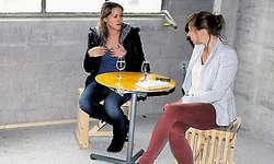 Im Künstlergespräch: Martina Clavadetscher (links) und Marie Gesien vom Ensemble des Theaters Luzern. (Bild: Patrick Kenel)