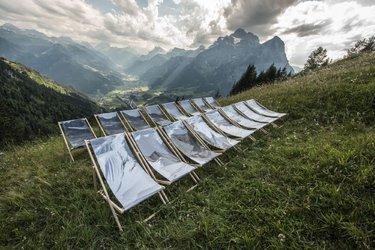 Wander-Ausstellung in der Tektonikarena Sardona - hier das Werk von Laurence Piaget-Dubuis in der Aeugstenhütte - Foto IG Unesco Sardona