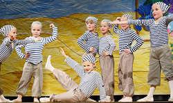 Lustig, graziös, gekonnt: Tänzerinnen im Projekt «Kinder helfen Kindern in Afrika». Foto: Michéle Bollhalder