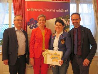 Hans Jörg Riem und Marianne Dürst Benedetti (Gemeindienst), Magdalena Frommelt (Governor District 2000), Urs Tscholl (Präsident Rotary Club Glarus) v.l.n.r.