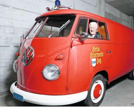 Lorenz Strickler im VW-Bus der Freiwilligen Feuerwehr Zug. (Bild Stefan Kaiser)