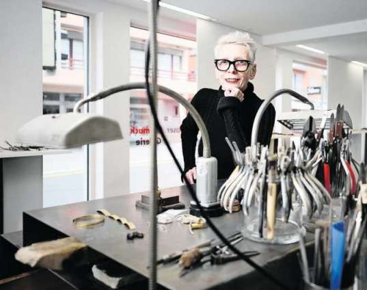 Zehn Jahre lang wirkte Brigitte Moser in ihrem Atelierladen an der Dorfstrasse in Baar. Nun beginnt eine weitere Episode im Leben der Schmuckdesignerin. (Bild Stefan Kaiser)