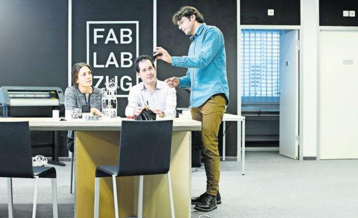 Michael Hobbins, Präsident des FabLab Zug (rechts), zeigt Lukas André und Julia Häcki von der Metall Zug AG Werkstücke, die mit modernen 3DDruckern hergestellt wurden. (Bild Stefan Kaiser)