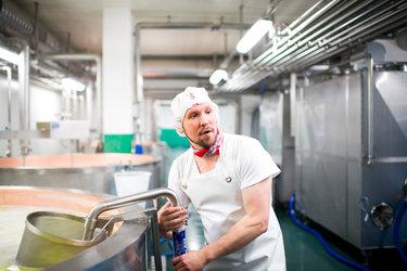 Die GESKA AG produziert den würzigen Glarner Schabziger. Bild: Kanton Glarus, Samuel Trümpy Photography