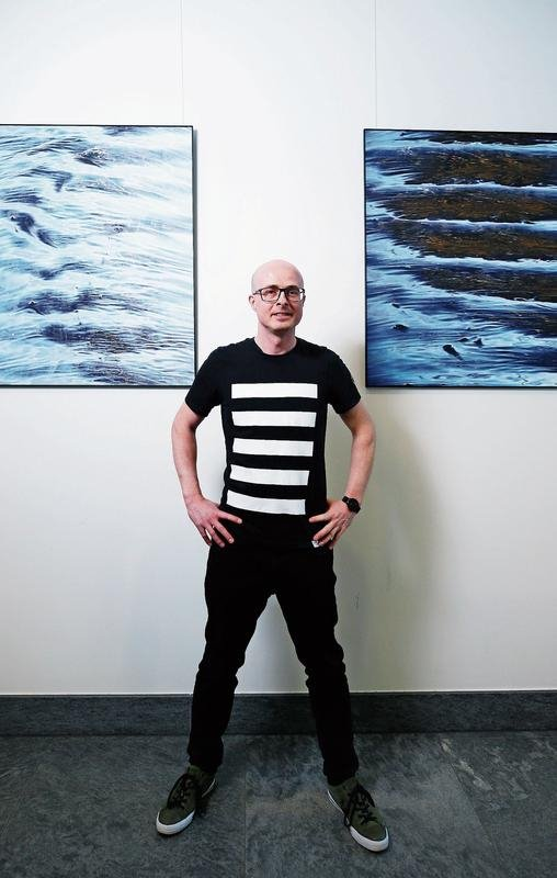 Der Zuger Künstler Matthias Moos widmet seine aufwendig entstehenden Werke dem Thema Wasser. Er ermöglicht dem Betrachter ganz neue Blicke auf das Element. (Bild Stefan Kaiser)