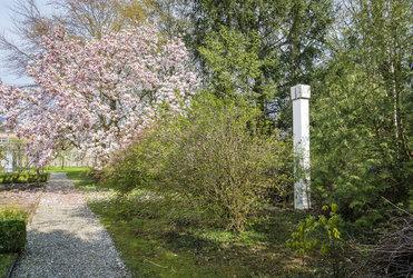 """Skulptur """"BN"""" von Fritz Balthaus, Klostergarten"""