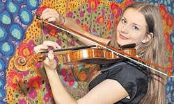 Sunita Abplanalp hat mit ihrem Geigenspiel schon zahlreiche Preise gewonnen. Die Immenseerin übt täglich drei Stunden mit ihrem Instrument. Bild Edith Meyer
