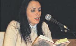 Autorin Zoë Jenny las im Dorfgaden in Altendorf mit ruhiger Stimme aus ihrem Buch vor. Bild Charlotte Jacot
