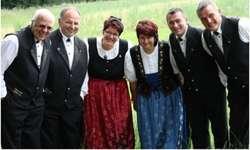 Das Wildbach-Chörli gab am Freitag zusammen mit der Blaskapelle Etzel-Kristall ein gelungenes Muttertagskonzert. Bild Wildbach-Chörli