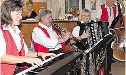 Kapelle Hans Aregger: Hans Aregger (Zweiter von links) begeisterte zusammen mit Isabelle Schürmann (von links), Alois Aregger und Rolf Wymann im Café Türlihof die Gäste.
