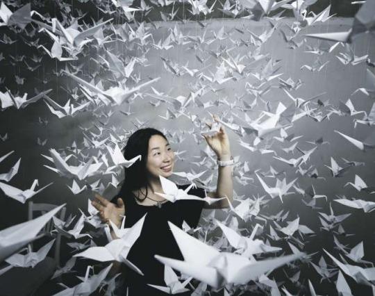 Kanna Yamaguchi mit ihren tausend Origamis. (Bild Stefan Kaier)