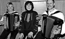 Maryna Burch (Mitte) sowie Jolanda und Franz Schmidig spielten in der Pfarrkirche Buttikon ein wunderschönes «Berg-Musik»-Konzert. Bild Kurt Kassel