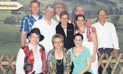 Die Darsteller des Wägitaler Theaters freuen sich über eine gelungene Theatersaison. Bild zvg