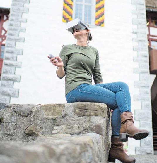 Miriam Wismer vom Museum Burg Zug demonstriert eine Virtual-Reality-Brille. Sie ermöglicht einen virtuellen Gang durch Schweizer Schlösser und Burgen. (Bild Maria Schmid)