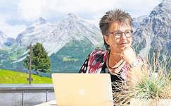Die Schwyzer Bestsellerautorin Blanca Imboden im August im Hotel Kulm in Arosa am Schreiben und Sinnieren. Bild: Jeremy Kunz
