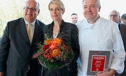 Gratulation: Urs Heller von GaultMillau Schweiz (links) übergibt Ruth und Franz Wiget die legendäre Auszeichnung.