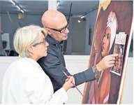 Henrik Frei Larsson zeigt Heidy Hess, wie sie den Dunst der Zigarre der Kubanerin malen könnte.  Bild Hans-Ruedi Rüegsegger