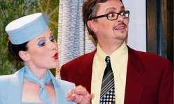 Erleben turbulente Zeiten miteinander: Stewardess Jacqueline (Monika Gisler) und Mario (Roli Ochsner). (Bild zvg)