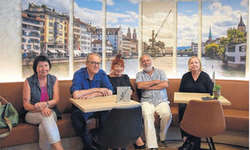 Zürcher Künstler und Freunde des Hafenkrans besuchen Max Schilling (4. v. l.) in seinem Café: (v. l.) Sonja Felder, Jan Morgenthaler, Elsa Feuerer und Suzanne Scaroni.  Bild Johanna Mächler