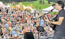 «Mister Kassensturz» als Musiker: In Morschach begeisterten Ueli Schmezer und seine Kindsköpfe in zwei Konzerten viele Besucher. Bild Ernst Immoos