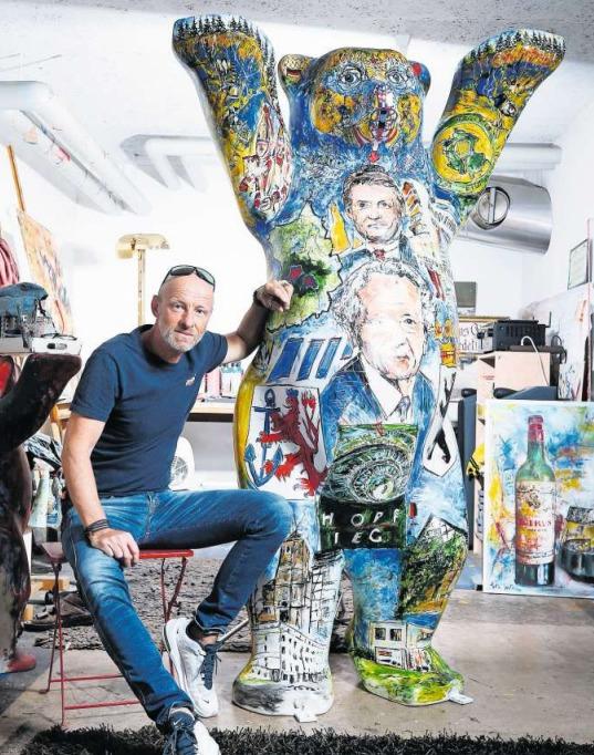 Der Walchwiler Künstler Andreas Jordi mit der Bärenskulptur. (Bild Stefan Kaiser)