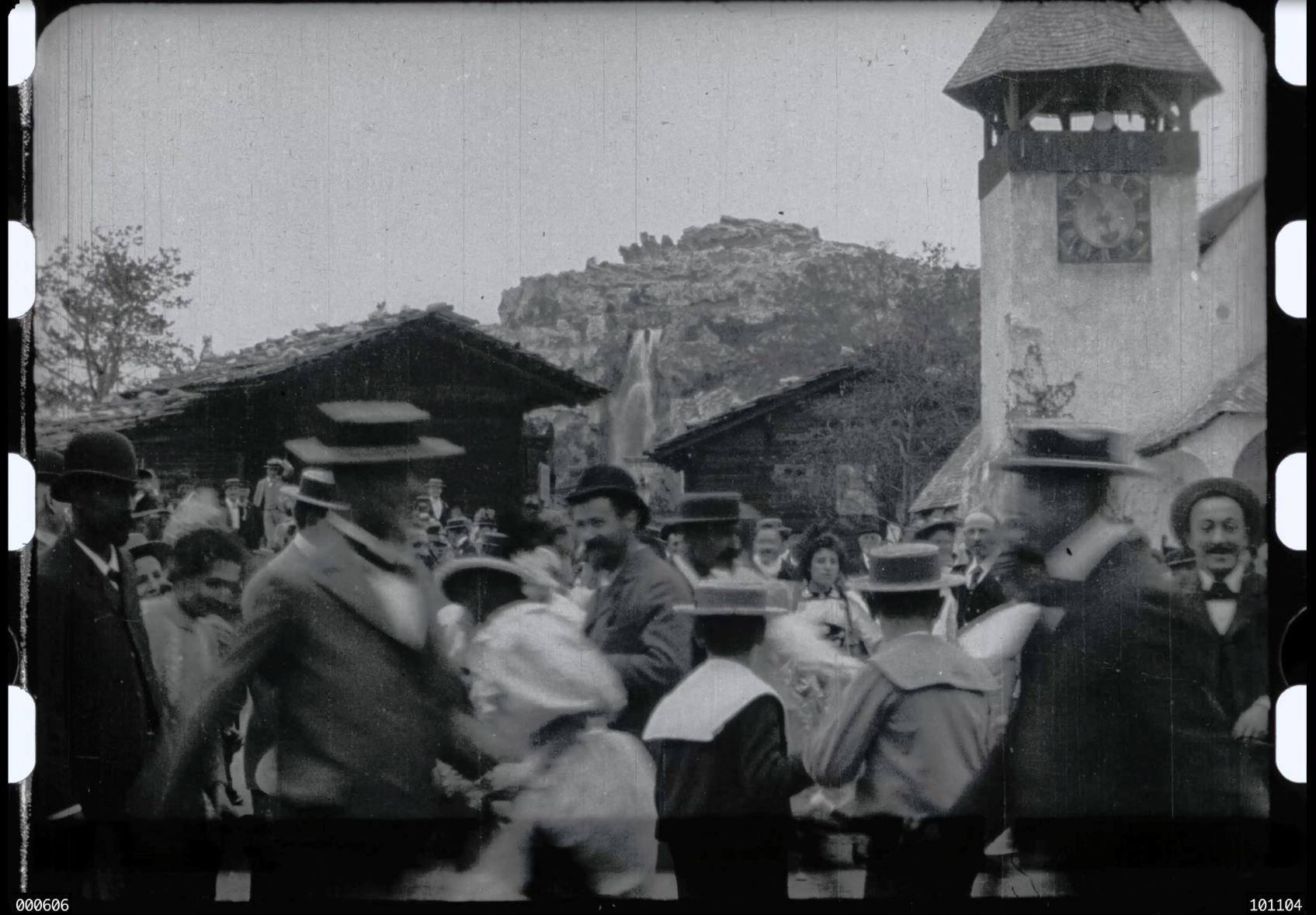Der Panorama-Berg der Genfer Landesausstellung von 1896 – mit Ferdinand Hodler im Vordergrund. (Institut Lumière, Lyon, Film Nr. 312: Fête au village)