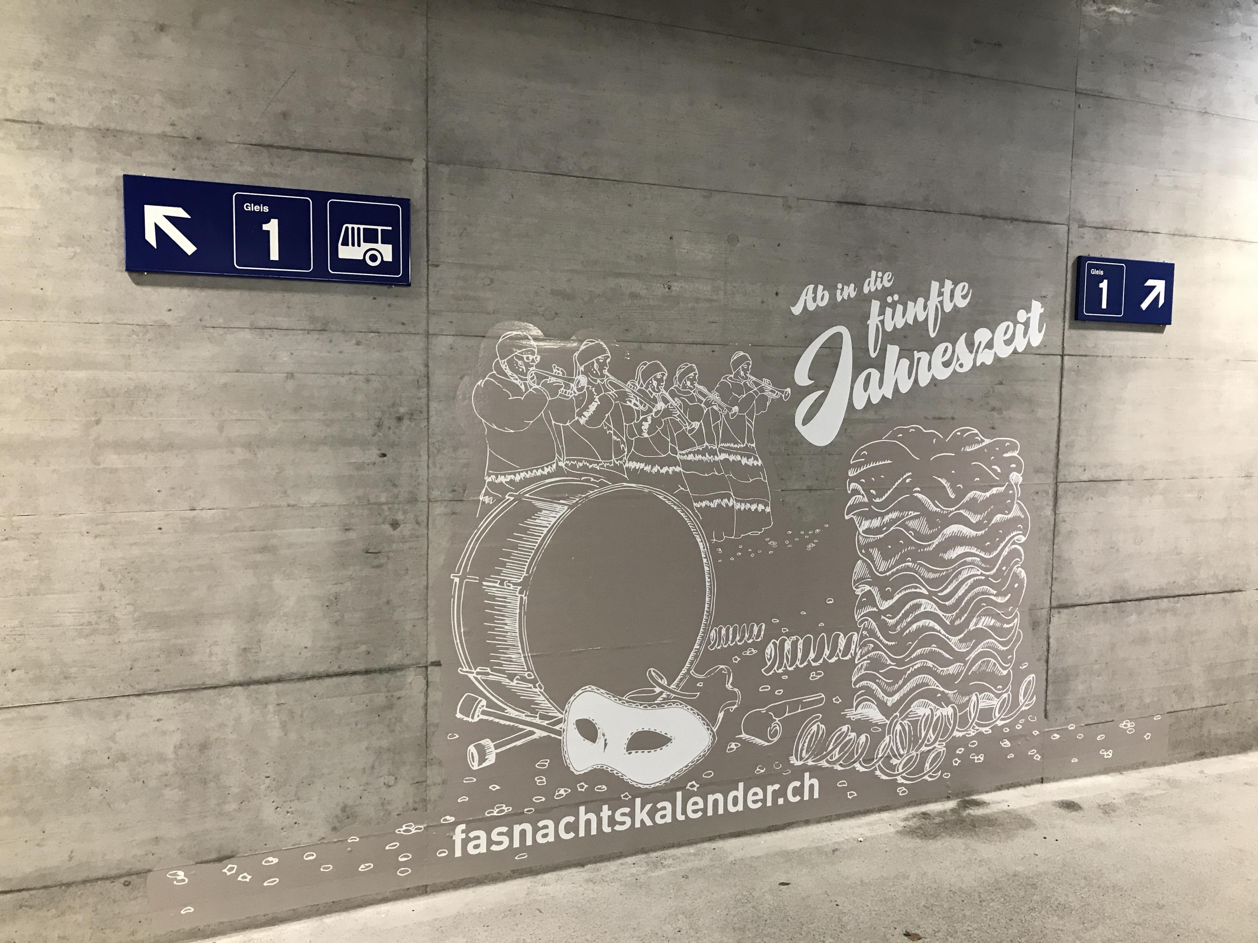 Fasnachtssujet in der Personenunterführung am Bahnhof Glarus