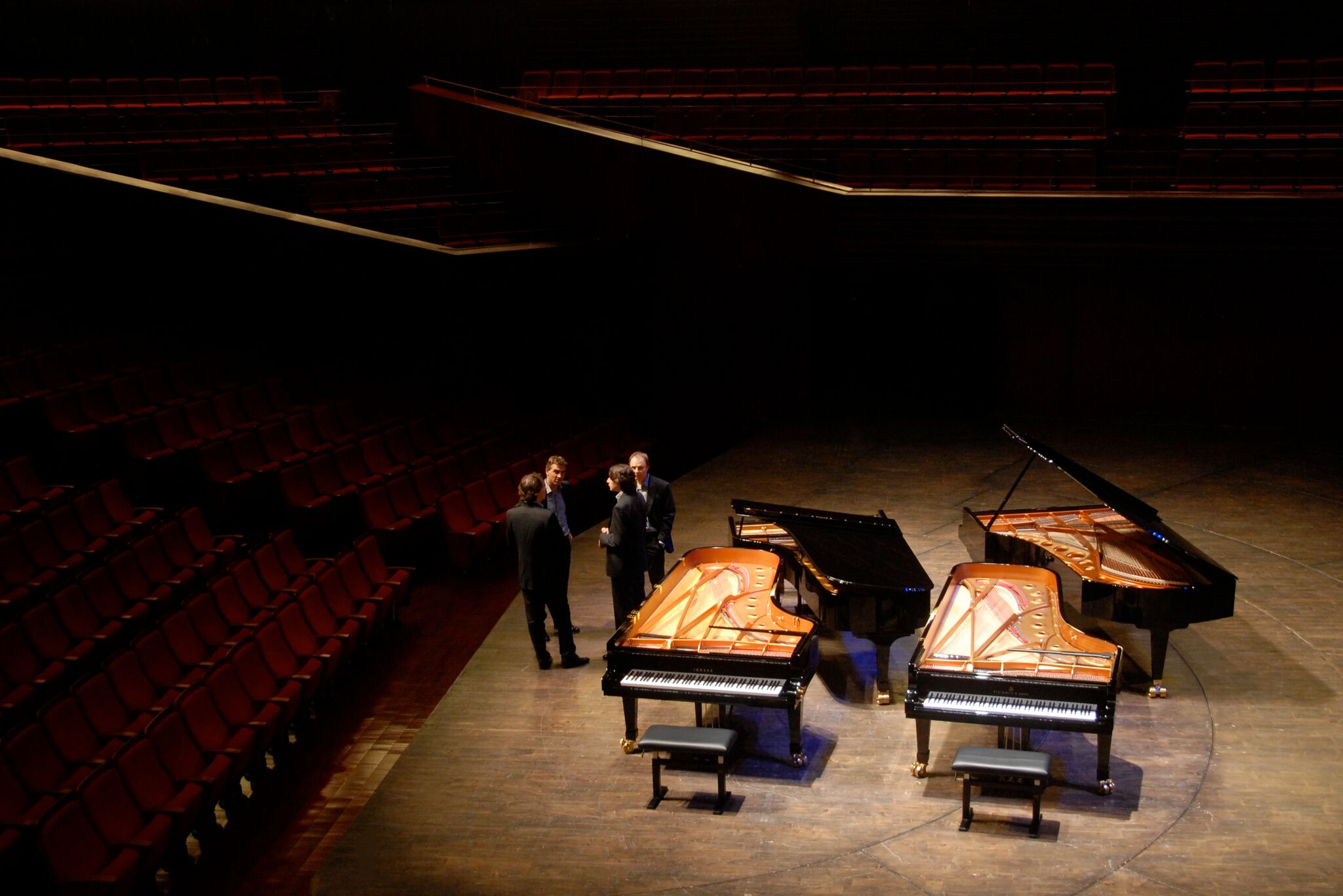 4 Flügel 4 Pianisten stehend