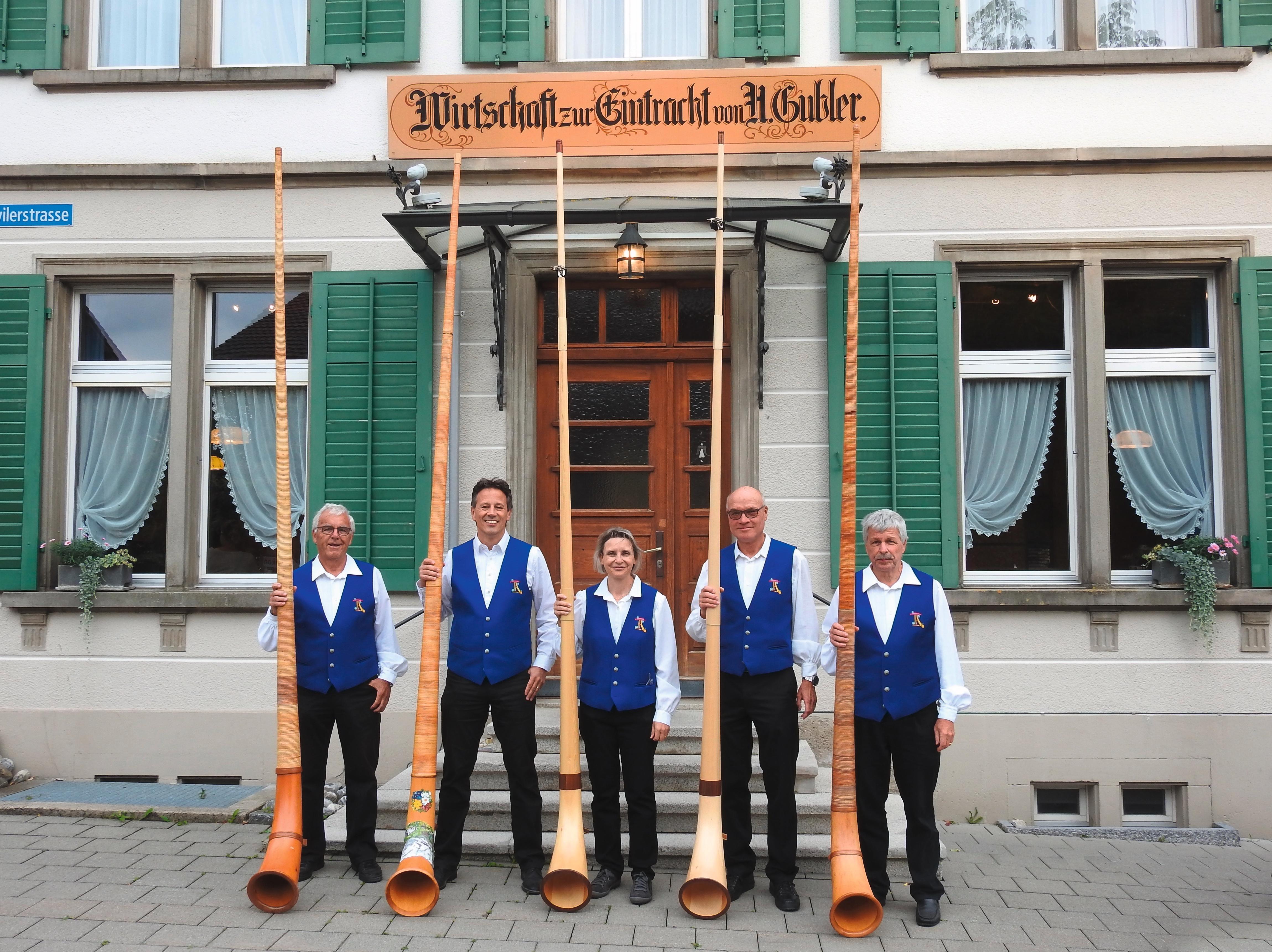 Tösstaler Alphornbläser vor der Wirtschaft zur Eintracht, Hermatswil